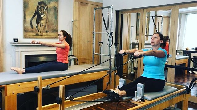 Rowing 🚣‍♀️ in the reformer. Teaching this exercise to one of my clients. A great way to gain upper body strength, flexibility, control and coordination. . . #pilatesrowing #pilates #nottinghillstudios #carmefarre #studiocarme #fitover45 #facialfitness #facepilates #faceyoga #timelessageing #instapilates #strongnotskinny